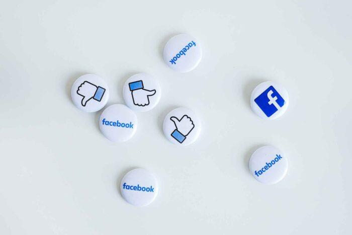 Chapas con logos de redes sociales